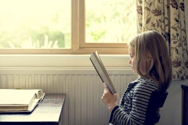 petite fille qui lit storytelling